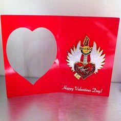 Un cadeau Hard Rock tellement américain pour votre Valentine ! Une jolie carte rouge avec un cœur découpé laissant apparaître un pins dont une partie s'ouvre sur un message... A offrir ou à envoyer pour la Saint Valentin