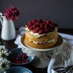 Victoria sponge cake with mascarpone cream and Wild berries  [recipe on blog - link on bio] Per questa torta voluttuosa mi sono ispirata ad una ricetta di @chiarapassion  mi è piaciuto molto e ho fatto piccolissime varianti (tipo latte di cocco al posto di latte). Belle e buona. E anche facile da realizzare. #chiarapassion #victoriaspongecake #cake #ifoodit #bloggalline #foodphotography by vatineesuvimol
