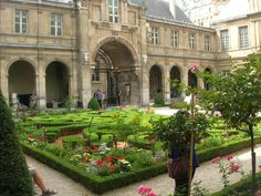 The garden at the entrance of Musee de Carnavalet