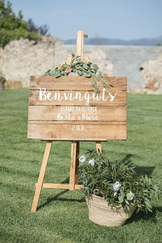 Welcome sign to wedding. Write your message and paint it on an old piece of wood. #wedding #omantic #rustic # sign #welcome #diy # handmade # painting #easel
