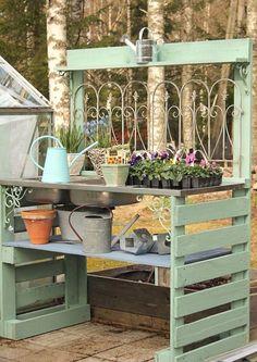 Genius and Low-Budget DIY Pallet Garden Bench for Your Beautiful Outdoor Space - Pallet Diy Pallet Potting Bench, Pallet Garden Benches, Potting Tables, Pallet Gardening, Outdoor Pallet, Organic Gardening, Outdoor Garden Bench, Indoor Gardening, Vegetable Gardening