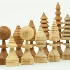 Kreatives Schachbrett aus 4 verschiedenen Holzarten, jede einzelne Figur gedrechselt und ein Unikat. Schachbrett aus 100 einzelnen Würfeln aus Nuss-, Kirsch-, Eichen- und Lindenholz verleimt. Figuren stellen unterschiedliche Bäume dar. Old Trunks, Old Friends, Turning, Types Of Wood, Kid Games, Figurines, Random Stuff, Oak Tree, Handmade