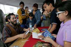 Nezahualcóyotl, Méx. 30 Junio 2013. Luego de contar el cuento que próximamente editara, Medardo Maza autografió algunos de sus libros a los chiquitines.