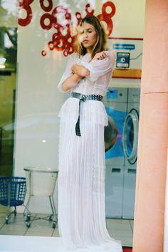 Cinto com vestido branco