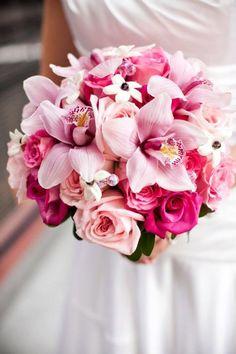 runder Hochzeitsstrauß, rosa Orchideen und Rosen, mit Kristallen dekoriert