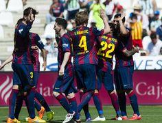 Los jugadores del Barça celebram con Luis Suarez uno de sus goles.