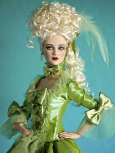 About Madame a la Menthe: The lovely Madame a la Menthe (2010) from the Tonner Convention event uses Daphnes head sculpt.