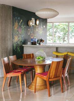 Uma das sugestões mais ousadas de Yáskara foi o tom dos gabinetes da cozinha integrada: amarelo vibrante. É que Marina nunca gostou muito dessa cor, porém ela confiou na opinião da mãe e foi em frente. E não é que o acabamento combinou perfeitamente com a tinta de lousa e a bancada de cimento […]