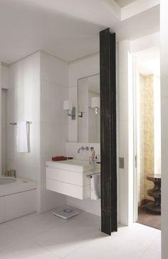 Une poutre métallique noire pour briser le blanc omniprésent - 20 photos de salles de bains blanches - CôtéMaison.fr
