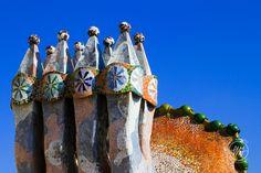 Chimeneas en mosaico de Gaudí, Barcelona, España Art Deco, Art Nouveau, Antoni Gaudi, Barcelona Spain, Modern Architecture, Mount Rushmore, Mountains, World, Painting