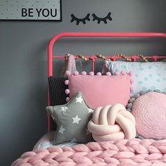Pink iron bed. Kette aus Holzkugeln!