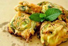Frittelle di Zucchine :=) !!!! (Frisgiora' e Curcurigheddu) INGREDIENTI 4 zucchine ½ tazza di farina di ceci 1 bustina di zafferano di San Gavino Monreale Sale q.b. Olio extravergine...