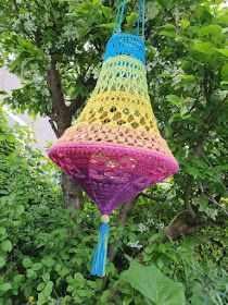 Lindevrouwsweb: Kroonluchter Norah haken Crochet Lamp, Crochet Crafts, Knit Crochet, Plastic Canvas Tissue Boxes, Plastic Canvas Patterns, Crochet Hippie, Creative Crafts, Diy Crafts, Soutache Jewelry