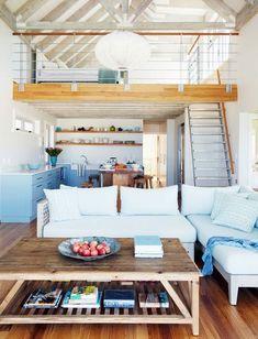 Tons de azul, madeira e frescor são ótimas referências para começar a planejar a decoração de praia. Sala, mezanino e cozinha se encontram em um ambiente...