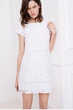 Une robe blanche l'été, un basique qu'on adore. Plus de robes blanches sur aufeminin.