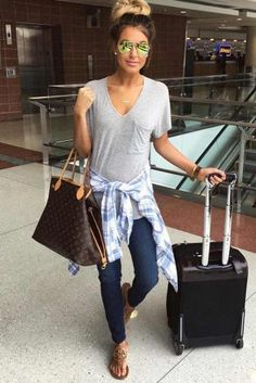 30 AIRPLANE OUTFITS IDEAS: HOW TO TRAVEL IN STYLE – My Stylish Zoo Summer Airplane Outfit, Airplane Outfits, Airplane Clothes, Outfit Stile, Outfit Jeans, Black Leggings Outfit Summer, Comfy Airport Outfit, Airport Outfits, Airport Style