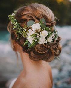 Y las flores nunca, pero nunca pasarán de moda. Úsalas como más te guste!   ____________________ Flowers will always be in style. Use them just however you want to... #bohobride #florals #hairstyle #wedding #boda #novia #theweddinginspirations #twiblogpost