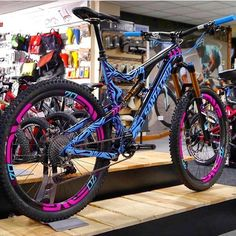 Santa Cruz knows how to use colors, freakin gorgeous bike!