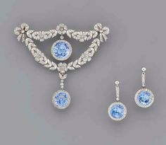 A BELLE EPOQUE SAPPHIRE AND DIAMOND BROOCH AND A PAIR OF EAR PENDANTS