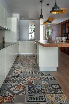 Cucina con bellissimo abbinamento di piastrelle patchwork e parquet start preventivi