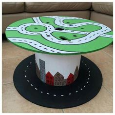 Bottom with roads painted on as seen here, top with felted green for building small world play scenes. Decoration Creche, Spool Tables, Small World Play, Outdoor Classroom, Wooden Spools, Outdoor Learning, Outdoor Fun, Toddler Activities, Kids Playing