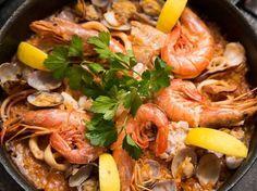 パリパリご飯に魚介のうまみが凝縮!本場パエリアを自宅で再現レシピ - macaroni
