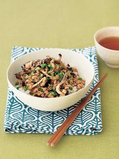【ELLE a table】きのこのゆずこしょうマリネ入りヘルシー鶏そぼろ丼レシピ|エル・オンライン