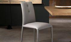 Sedia Sonia Sedia con struttura in acciaio rivestita. Con applicazione di bottoni, 2 anteriori e 2 posteriori. Rivestimenti: eco-pelle, eco-nabuk, tessuto, lana, pelle. Finiture gambe: rivestite.