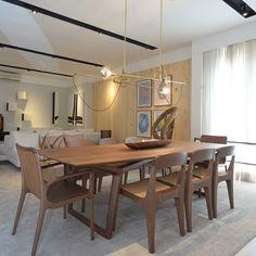 Coleção 2015/16 do @espacofatimalima : Moderna mesa e cadeiras do designer @jaderalmeida . Complementando, belo par de luminárias PEN, também de autoria de @jaderalmeida . Ao fundo, trabalhos da artista paulistana Leda Catunda. #acervoespacofatimalima #espacofatimalima #lifestylemaranhense #olharmarcolima