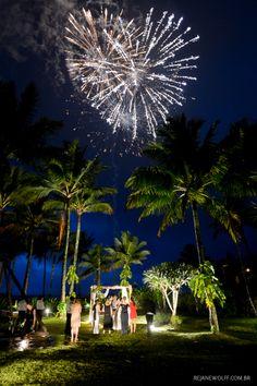 Sem querer os fogos de artifício formaram um coração. Casamento na praia. Foto: Rejane Wolff.