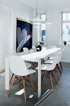 Yet another dining table with Eames DSW -style chairs. Well, can't help it if I keep on liking it. Dining Table Chairs, Room Chairs, Dining Rooms, Eames Dsw Chair, Appartement Design, Vintage Chairs, Interior Design Inspiration, Interior Ideas, Design Ideas