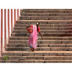 A woman lugging a water container from the tank of the temple of Kapaleeshwara in Chennai (Madras)    India – South