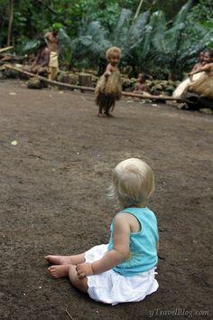 Aldeia cultural Larofa, Vanuatu. Savannah encontra Alida. As duas meninas não poderiam ter sido mais diferentes. Uma com cabelo crespo cor de caramelo e pele escura, vestida com uma saia de palha. A outra, com o cabelo louro nevado, vestida com uma blusinha azul e uma saia branca. Dois bebês enamorados com suas diferenças, contudo unindo-se pelo que lhes era comum, o riso e a maravilha.  http://www.ytravelblog.com/vanuatu-village-savannah-alida/