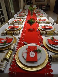 60 Best Christmas Table Decor ideas for Christmas 2019 where traditions meets grandeur - Hike n Dip Silver Christmas Decorations, Large Christmas Baubles, Christmas Centerpieces, Simple Christmas, Party Centerpieces, White Christmas, Christmas Dining Table, Christmas Table Settings, Christmas Tablescapes