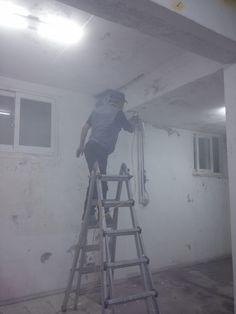 벽에 본드칠을 하고 있는 유인수집사님