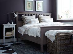 HEMNES szürke-barna ágy, fehér éjjeliszekrénnyel és BAROMETER nikkelezett íróasztallámpával