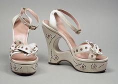 Carved platform sandals, Ted Saval (1946). #vintage #shoes #1940s