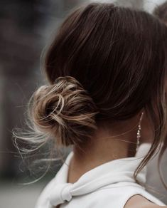 Our favourite updo hairstyles for the new season_relaxed updos 7 Bridal Hair Updo, Headpiece Wedding, Wedding Veils, Bridal Bun, Bridal Style, Chic Hairstyles, Bride Hairstyles, Relaxed Hairstyles, Relaxed Updo