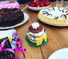 Heute haben wir hier ein Geburtstagskind das schon seit einer Weile weg ist. Wir sind doch so ungeduldig (und hungrig). Frühstück gibt es erst wenn alle da sind.  Kuchen zum Frühstück ist unser neu eingeführtes Ritual in der Familie. Dazu die niedliche Geburtstagstorte aus Lego.  #Geburtstag #31 #kuchen #mamaskindbackt #zupfkuchen #schaumkusstorte #lego #geschenke