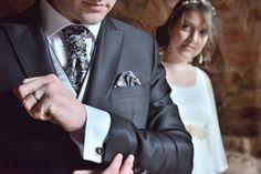 Detalle del gemelo, traje novio texturado negro.