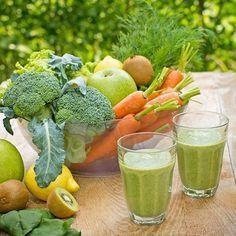 Grüner Smoothie mit Apfel, Brokkoli, Kiwi, Karotte, Zitronensaft und Datteln