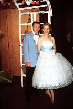 Vintage Fashion 46 Lovely Portrait Photos of Couples From the 1950s Prom Dress, Prom Dresses, Wedding Dresses, Cotillion Dresses, Retro Dress, Vintage Fashion 1950s, Retro Fashion, Women's Fashion, Fashion Bags
