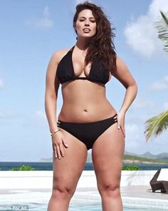 El Universal - Estilos - Modelo de tallas grandes posa en bikini para Sports Illustrated