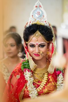 Indian wedding photography for bridal makeup and bridal looks. Desi bride looks are always awesome ideas bride Desi Wedding, Wedding Looks, Bridal Looks, Bridal Style, Wedding Bride, Wedding Dress, Wedding Album, Wedding Attire, Bride Groom
