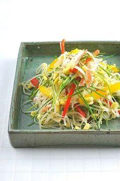 콩나물무침 (콩나물샐러드)~ 이색콩나물무침, 콩나물요리 자주 식탁위에 오르는 콩나물무침을 좀더 색다르... Asian Recipes, Ethnic Recipes, Korean Food, Salad Dressing, Food Plating, Japchae, Sushi, Side Dishes, Cabbage