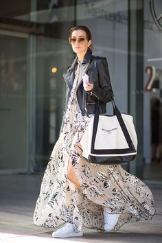 maxi dress and large tote bag summer staple #summerstyle #summerdress #maxi #streetstyle