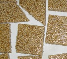 I croccantini di sesamo con miele sono nutrienti e gustosi, ideali a merenda o per rompere il digiuno in un qualsiasi momento della giornata. Ecco la ricetta facilissima e vegan. Ingradienti: 200/250 gr. di semi di sesamo bianco 100gr.di miele 90gr. di zucchero semolato Preparazione: Tostare in un padellina il sesamo, scuotendolo spesso in modo […]