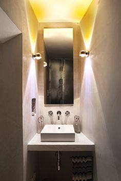 Das kleine Bad mit Handwaschbecken, Toilette und buntem Licht.  / / / / / casapolpo.com (Ferienwohnung) CASA POLPO appartamento #italien #apulien #monopoli #puglia #italia #urlaub #ferienwohnung #casapolpo