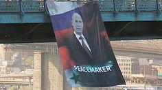 """Знамя с изображением Путина вывесили на мосту в Манхэттене в Нью-Йорке. На плакате крупными буквами написано: """"Путин — миротворец"""" (Peacemaker)"""