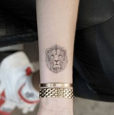 Small and Simple Lion Tattoo Ideas tattoo ideas small Lion Tattoo Meaning – Lion Tattoo Ideas for Men and Women with Photos Trendy Tattoos, New Tattoos, Body Art Tattoos, Tattoos For Guys, Sleeve Tattoos, Tattoo Art, Tattoos Of Lions, Leo Lion Tattoos, Emoji Tattoo